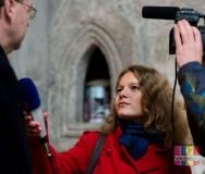 Nikola Janovská dělá rozhovor v Chrámu sv. Bartoloměje. [foto: archiv TV Kolín]