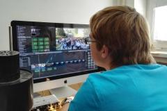 Jakub Mazuch připravuje po ránu reportáž ze záhajování školního roku na 1.ZŠ na iMacu ve Final Cut Pro X.