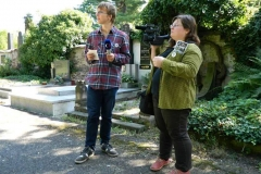 Jakub Mazuch s Kristýnou Frymlovou na Centrálním hřbitově v Kolíně [foto: archiv TV Kolín]